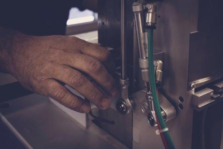 dettaglio della macchina puntalatrice per lacci